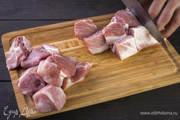 Нарежьте свинину порционными кусками.