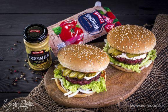 Накройте огурцы второй половиной булочки. Аналогично приготовьте остальные гамбургеры. Приятного аппетита!