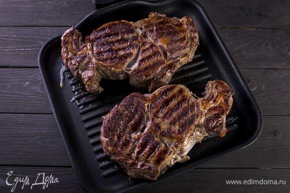 Стейки натрите солью и перцем, обжарьте на гриле примерно по 5–6 минут с каждой стороны.
