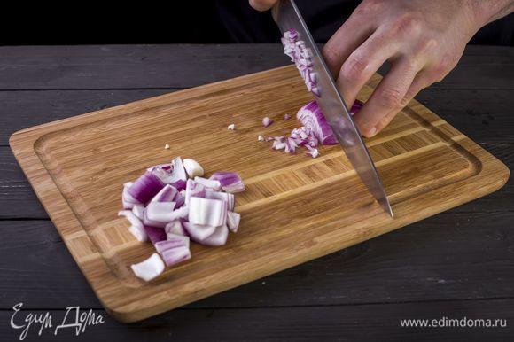 Снимите шелуху с луковицы. Одну половину крупно порубите, вторую — нарежьте мелким кубиком и уберите в холодильник.