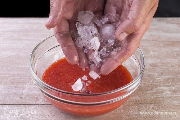 Высыпьте в ягодное пюре оставшийся колотый лед, хорошо перемешайте.