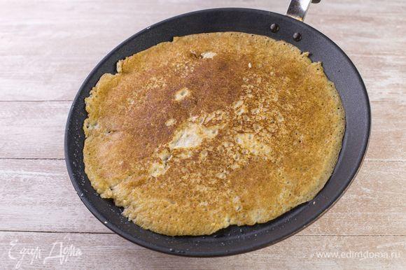Смажьте сковороду маслом, хорошо разогрейте и начинайте жарить блины по 30–60 секунд с каждой стороны.