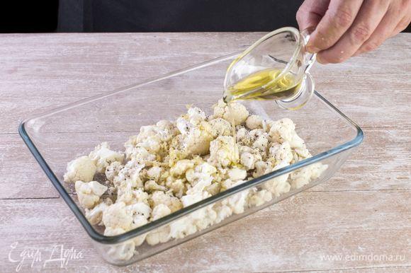 Добавьте сушеный розмарин и тимьян, сбрызните 2 ст. л. оливкового масла и запекайте в духовке при 200°C 20 минут.