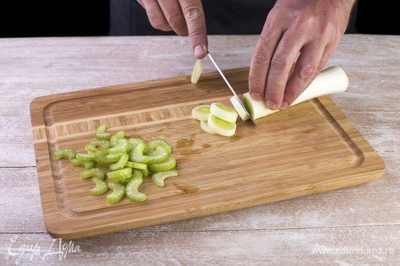Мелко нарежьте сельдерей и лук-порей.