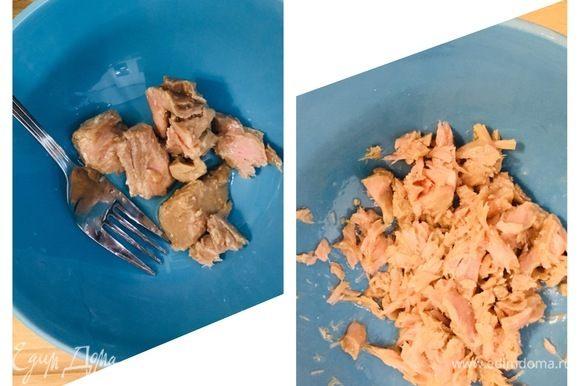 Консервированный тунец ТМ «Магуро» переложить в тарелку и размять вилкой. Отварить яйцо.