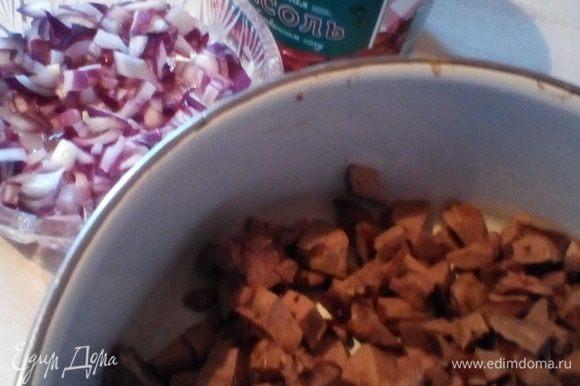 Куриную печень подготовить, закинуть в кипящую воду на 7 минут. После выловить на тарелку и оставить остужаться. Чистим и измельчаем (трем на терке) вареные яйца. Откидываем на дуршлаг фасоль в собственном соку ТМ «Фрау Марта». Остывшую печень мелко режем.