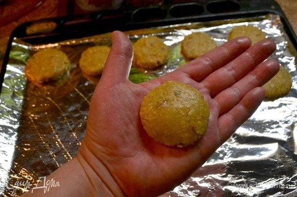 Шарик приплюснуть ладошками, и заготовка печенья готова.
