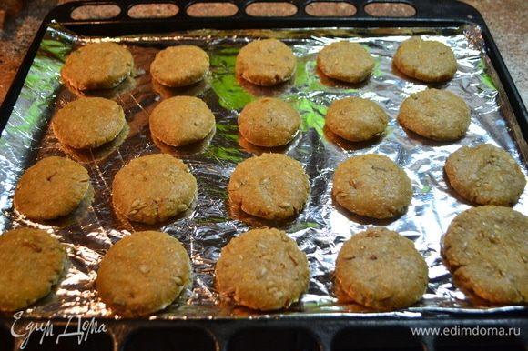 Выложить печенье на противень, застеленный пергаментной бумагой или фольгой.