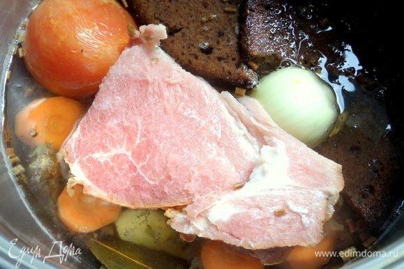 Так как я варила суп не на косточках, а решила по-быстрому, поэтому положила в бульон пару-тройку ломтиков копченой свининки. В дальнейшем я решила мяско вытащить и подать уже в тарелке нарезанным.