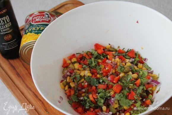 Все сложите в большую миску, добавьте соль по вкусу, кукурузу ТМ «Фрау Марта», бальзамический уксус и оливковое масло.