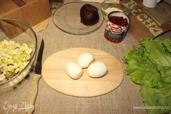 Яйца очищаем от скорлупы.