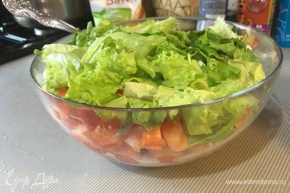 Нарвать листовой салат руками, добавить его в салатник.