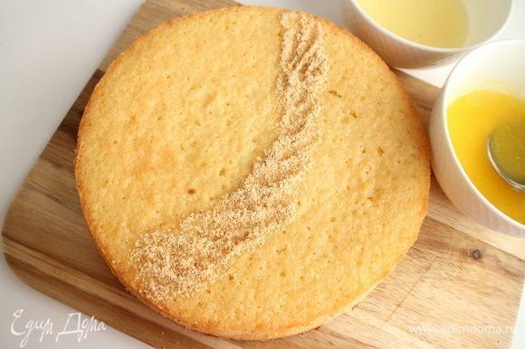 Посыпать обжаренной миндальной крошкой пирог таким образом, чтобы разделить условно пирог на две части, то есть сделать «дорожку» из миндаля.