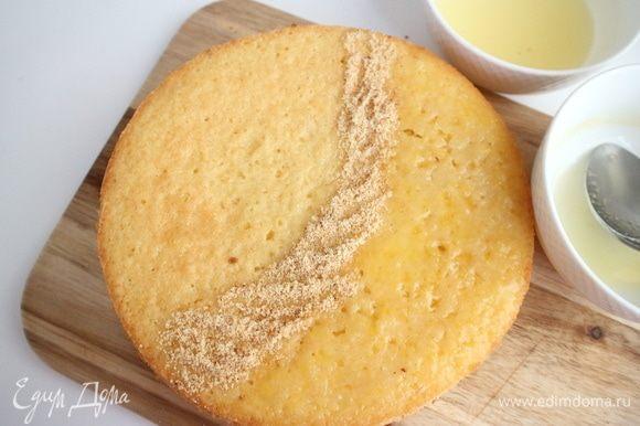 Одну часть пирога пропитать из ложки лимонным соком, другую апельсиновым.