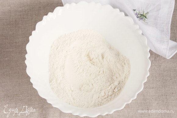 Для начала приготовим песочное тесто. Предварительно просеять 240 г пшеничной муки, добавить ¼ ч. л. соды и 1 ст. л. сахарного песка, перемешать.