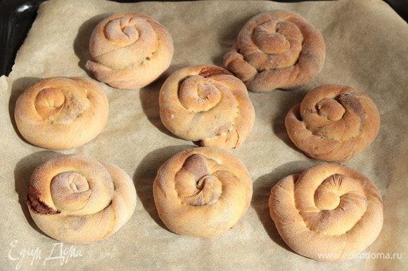 Выпекать печенье до румяного цвета в предварительно разогретой духовке до 190°C минут 20–30. Ориентируйтесь, пожалуйста, по своей духовке.