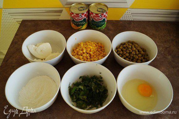 Подготовить ингредиенты. Слить воду с кукурузы и горошка ТМ «Фрау Марта». Промыть зелень и порубить.