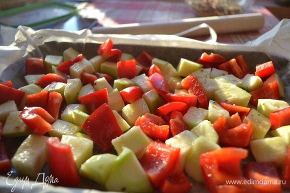Займемся овощами. Я рекомендую это делать, пока варим чечевицу. Режем молодой кабачок и сладкий болгарский перец кубиком. Где-то 2 × 2 см. Смазать противень оливковым маслом, выложить овощи. Посолить их, поперчить и сбрызнуть оливковым маслом. Выпекать овощи в духовке 20 минут при 180 °C.