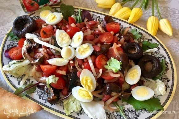 Выкладываем горкой заправленный салат, а сверху украшаем половинками перепелиных яичек. Мне кажется, абсолютно весенний салат и яркая цветочная композиция получилась на тарелке и столе в солнечный выходной майский день.