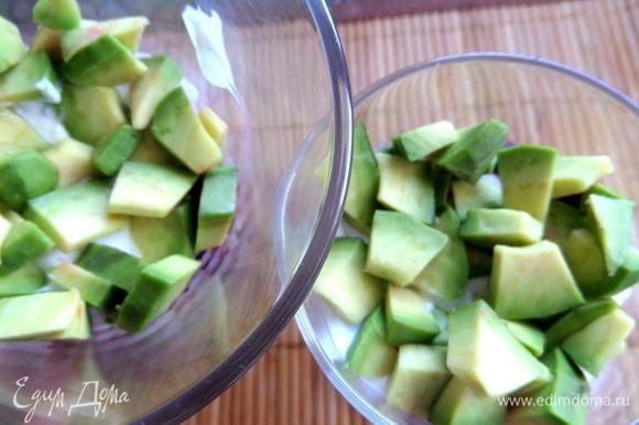 Ломтики авокадо.