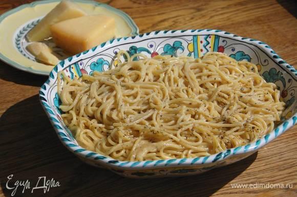 Переложить пасту в подогретую тарелку, посыпать щепоткой измельченного перца и подавать, пока соус не застыл. Оставшийся перец подать на стол отдельно.