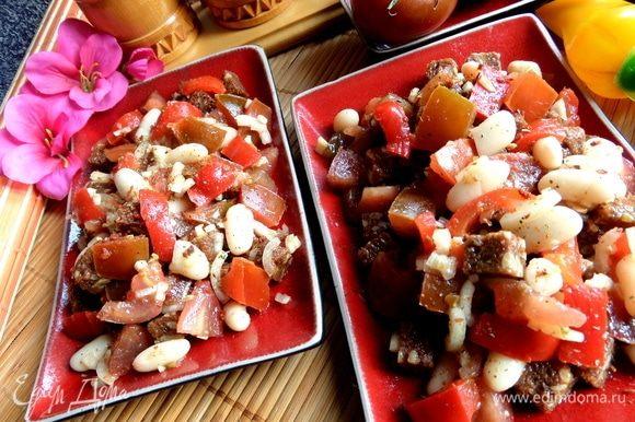 Особо сильно перемешивать салат не стоит. Главное, чтобы хлеб оказался пропитанный заправкой и овощными соками. Сверху посыпала приправой «томаты и оливки».