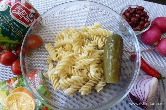 Подготовить продукты для салата. Макароны у меня остались с ужина. А в холодильнике нашлись редиска, помидоры, маринованный огурчик, фасоль и консервированный горошек ТМ «Фрау Марта».