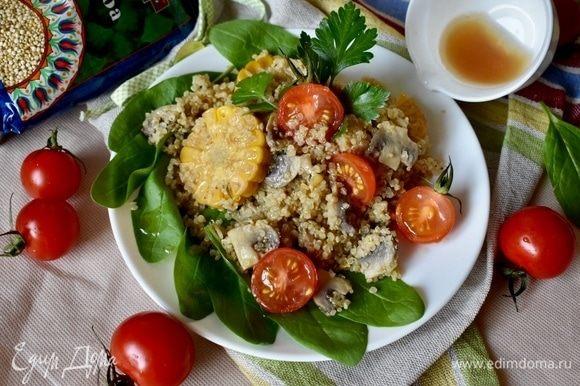 Собираем салат на тарелке. Зеленая подушка из шпината. Горка киноа с овощами. Сверху половинки помидоров черри. Ну и конечно ароматная заправка. Советую ее не жалеть, она очень вкусная и значительно преображает салат!