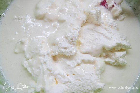 Взбиваем сливки и аккуратно вводим в смесь, вымешиваем до однородности. Воздушный кокосовый мусс готов.