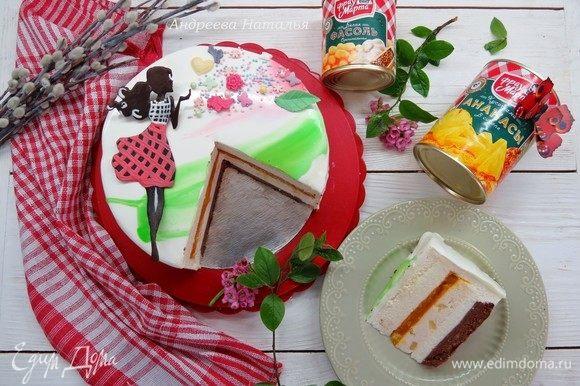 Подаем наш весенний торт, нарезаем на кусочки и наслаждаемся его вкусом и богатством текстур.