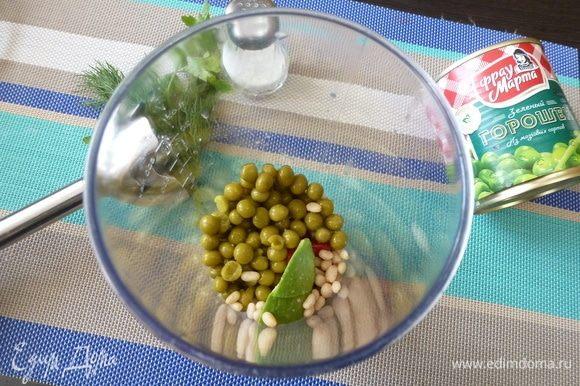 Авокадо и чеснок очистить, нарезать кусочками. Зелень сполоснуть и стряхнуть воду. Сложить все указанные ингредиенты в чашу блендера. Влить масло, сок лимона.