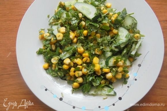 Выложить салат на блюдо.