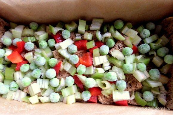 Насыпать половину овощей. Горошек прямо замороженный можно, да и консервированный вполне подойдет.