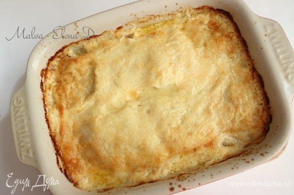 Вынуть форму с блинной лазаньей из духовки, дать немного остыть.