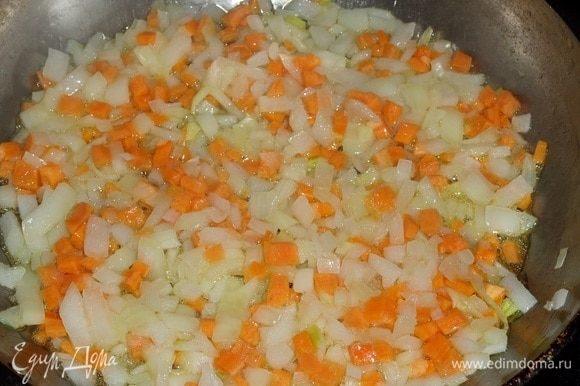 В сковороду наливаем растительное масло. Выкладываем овощи. Обжариваем 3 минуты.