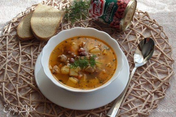 Разливаем суп по чашкам и подаем.
