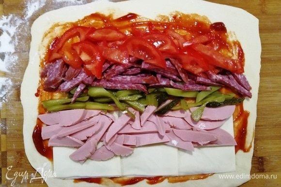 Выкладываем начинку. Пластинки сыра, вареную и копченую колбасу, огурчик, помидор.