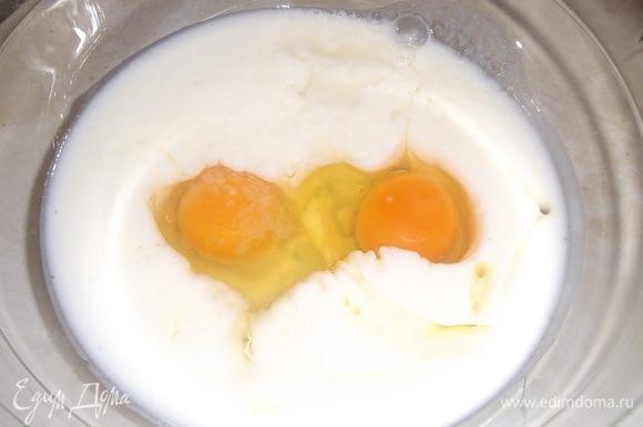 В кефир вбить яйца, добавить сахар и соль. Перемешать.