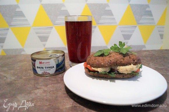 Стакан чернично-клюквенного морса и бутерброд с паштетом — очень вкусно! Попробуйте!