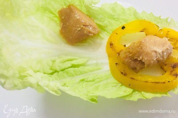 Листья салата промываем, обсушиваем и выкладываем в них овощи гриль, редис, тунца ТМ «Магуро» в произвольном порядке. Украшаем по желанию и поливаем йогуртовой заправкой.