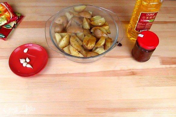 В кастрюлю с картофелем добавьте ваши любимые специи. У меня это орегано, базилик, сладкая паприка, куркума, черный молотой перец. Посолите по вкусу, добавьте чеснок и растительное масло, масло можно брать ароматное подсолнечное, на мой вкус, с ним даже вкуснее получается. Но если вы любите оливковое масло или кукурузное, то тоже прекрасно подойдет.