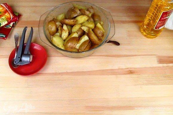 Картофель хорошо перемешайте со специями и маслом и отправляйте на противень выпекаться. Выпекаю я приблизительно минут 40, но только потому, что хочу получить красивую румяную корочку. Если вам это не принципиально, то готовьте до готовности и ориентируйтесь на свою духовку.