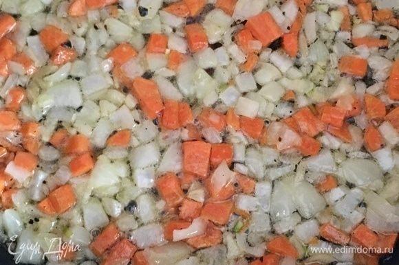 В масло отправить лук и морковь. Тушить практически до готовности овощей. Посолить и поперчить по вкусу.