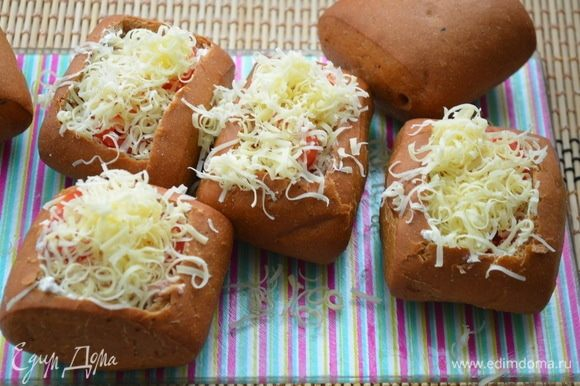 Сыр натереть на терке и посыпать начинку.