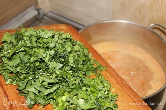 Добавляем нарезанные белки и щавель вместе с зеленью. Кладем, не разрезая, стручок перца.