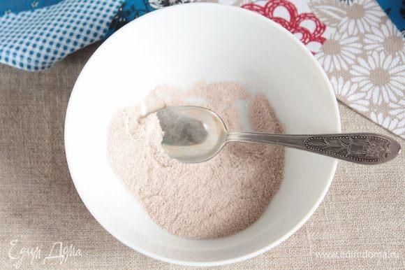 Для формования пирога необходимо смешать в однородную смесь молотую корицу (10 г), сахарную пудру (2 ст. л.) и какао-порошок (2 ст. л.).
