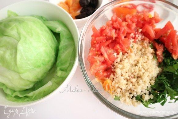 Добавить в начинку мелко нарезанный один помидор, измельченную зелень петрушки, булгур, посолить, поперчить. Капусту поместить в подсоленный кипяток и проварить, чтобы листья стали мягкие, но не переварить. Откинуть на дуршлаг, дать стечь воде.