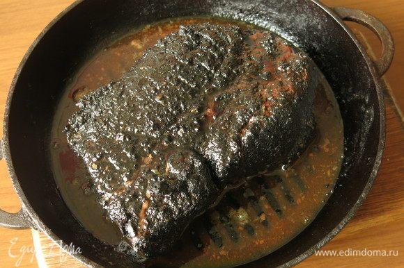 Потом выключаем духовку и выдерживаем 40 минут, не открывая духовку, — мясо доходит. Сок выделяется.