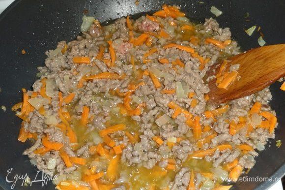 Добавить к овощам фарш и жарить, помешивая, еще 10 минут.