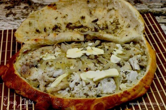 Как же я обожаю тот момент, когда крышка пирога открывается, и он начинает отдавать весь аромат рыбы, лука, специй, ммм... Добавляем масло и свежую зелень.